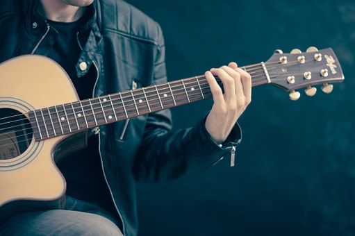 Apprendre à jouer de la guitare folk